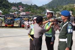 Kapolda Papua Irjen Pol. Drs. M. Tito Karnavian, MA memasang pita tanda pelaksanan operasi kepada salah-satu anggota ketika apel gelar pasukan Operasi Lilin 2013 di Lapangan Karang PTC, Entrop, Jumat (21/12/2012)