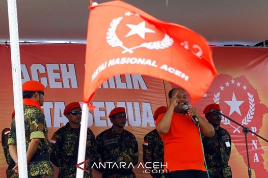 Mantan Walikota Sabang, Munawar Liza yang juga salah seorang juru runding perdamaian Gerakan Aceh Merdeka (GAM) dengan pemerintah RI di Helsinki menyampaikan orasi poltiknya saat berkampanye untuk Partai Nasional Aceh (PNA) di Desa Lumpu, Kecamatan Peukan