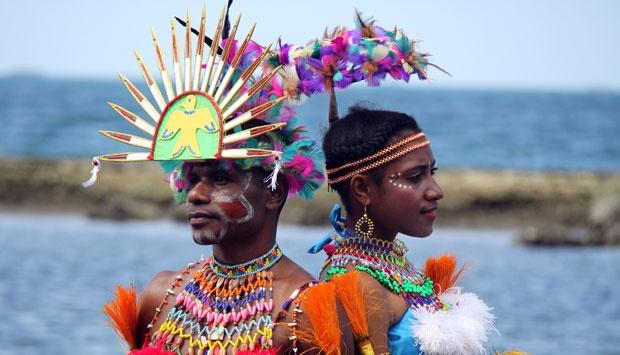sepasang penari di festival teluk Humbold (Tempo.co)