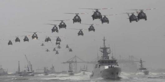 Helikopter TNI AU dalam formasi terbang rendah di atas kapal perang dalam atraksi memeriahkan acara peringatan HUT ke-69 TNI di Surabaya, Jawa Timur, Selasa (7/10/2014).