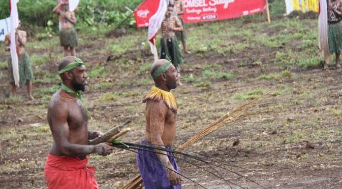 Foto: Masyarakat PNG unjuk gigi dalam atraksi budaya PNG di perbatasan Papua (Katharina Janur/ Liputan6.com)