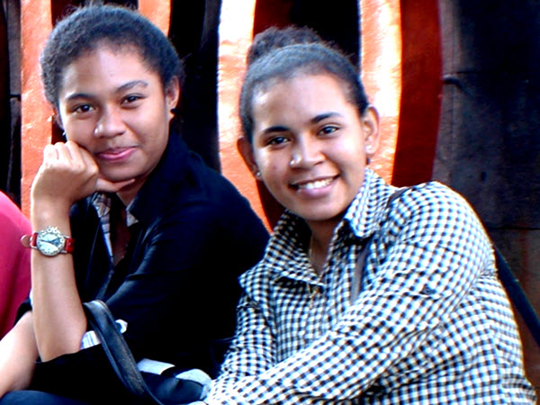 Petonella Livelin Worumi (kiri) Janet Jeane Pandori, dua dari ribuan peserta program ADIK Papua. Keduanya sedang kuliah di Undip Semarang (Foto: suarapapua.org)