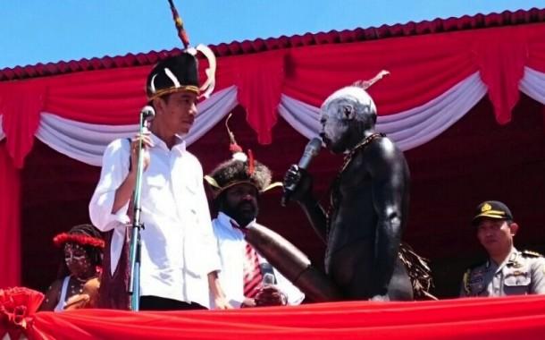 Presiden Jokowi berdialog dengan warga Wamena saat berkunjung ke Lembah Baliem 28/12/2014 lalu). Foto: setgab.go.id