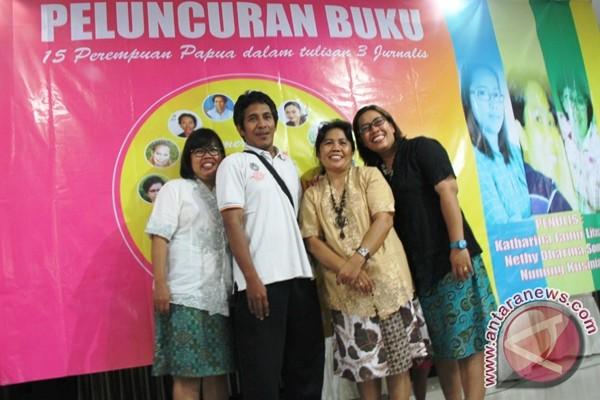 "Tiga jurnalis asal Papua, Nunung Kusmiaty (kiri), Nethy Dharma Somba (ketiga kiri), Katharina Janur Litasari (kanan) berpose bersama Bento Madubun (kedua kiri)desain buku ""Mereka Bukan Perempuan Biasa"". (Foto: Antara)"