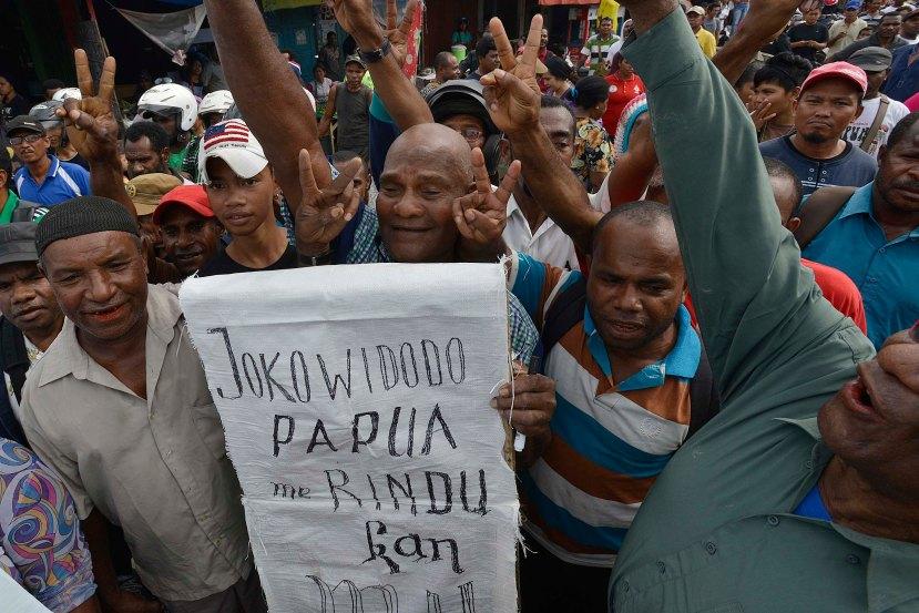 Sejumlah warga meneriakkan yel-yel dan aspirasi mereka ketika menyambut kunjungan Calon Presiden Joko Widodo di Pasar Baru Prahara Sentani di Kabupaten Jayapura, Papua, Kamis (5/6).