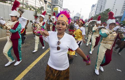 HARI JADI PAPUA BARAT-Sejumlah warga mengenakan pakaian khas Papua Barat dalam rangkaian acara Dari Papua Barat Untukmu Indonesiaku di Jakarta, Minggu (17/5). Parade festival seni tari dan budaya Papua Barat itu merupakan rangkaian peringatan HUT ke-16 Papua Barat. (ilustrasi;http://sinarharapan.co)