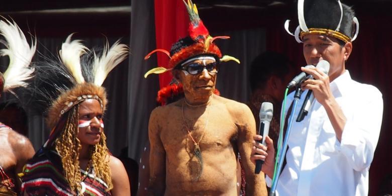 Presiden Joko Widodo berdialog dengan sejumlah masyarakat adat di Papua, Minggu (28/12/14) di Lembah Baliem di Wamena, Papua. Lebih dari seribu masyarakat adat dan kepala suku hadir bertatap muka dengan Presiden. (Kompas.com)