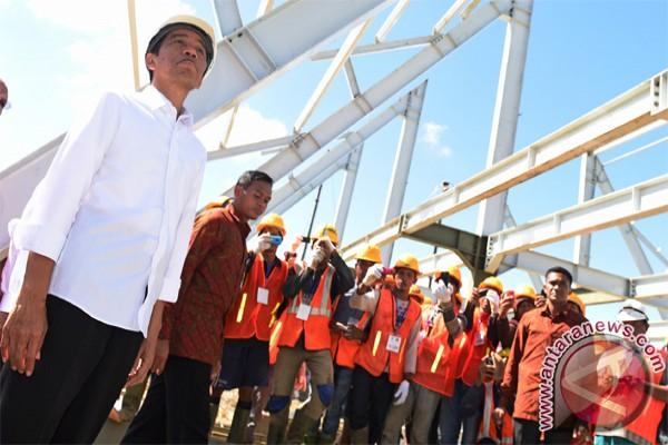 Presiden Joko Widodo (Jokowi) meninjau pembangunan Pasar dan Terminal Pharaa, Sentani, Jayapura, Papua, Sabtu (9/5). Presiden juga menyampaikan rencana proyek Kereta Api di Papua. (ANTARA)