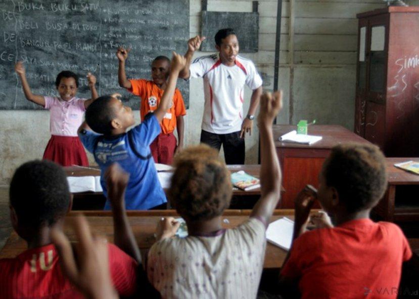 Ikhsan Ansori, Relawan Guru Sobat Bumi Pertamina Foundation mengajar anak-anak di SD YPPK (Yayasan Pendidikan Persekolahan Katolik) Santo Lukas, Kampung Kolam, Distrik Muting, Merauke, Sabtu (6/2/2015).