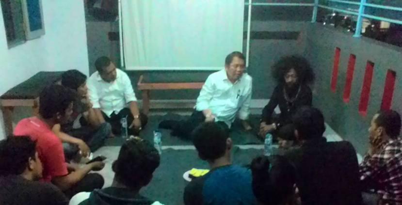 Menkominfo Rudiantara duduk bersama dengan Paparisa Ambon Bergerak