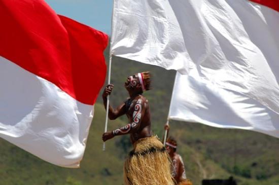 JAYAPURA, 17/8- HUT RI KE 67. Seorang penari memainkan gerakan atraktif dengan bendera merah putih usai upacara dalam rangka HUT-RI Ke 67 yang berlangsung di Buper, Waena, Jayapura, Papua, Jumat (17/8). Sekitar seribuan lebih pemuda-pemudi terlibat dalam formasi tarian bendera ini. FOTO ANTARA/Anang Budiono/ed/12