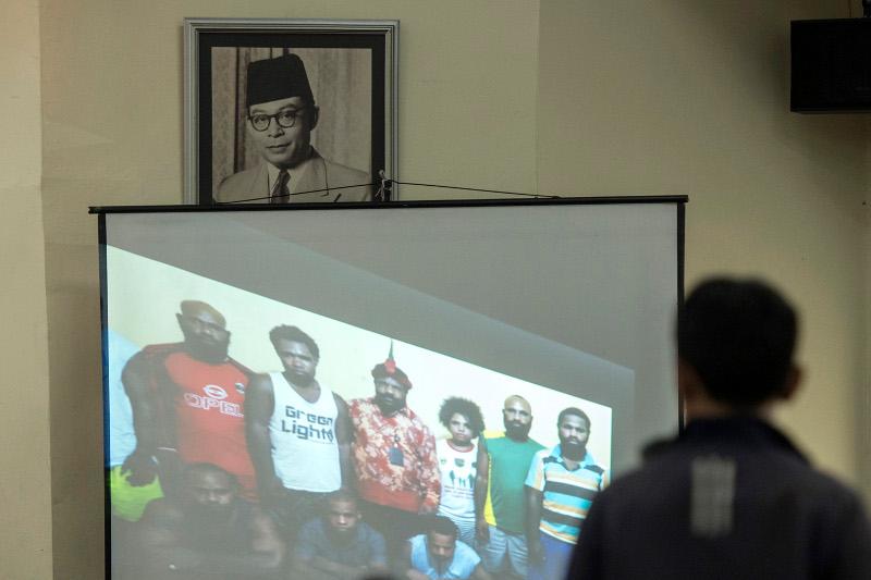 """Foto para tapol Papua ditayangkan di layar dalam seminar nasional bertajuk """"Pembebasan Tapol-Napol Asal Papua: Resolusi Penyelesaian Permasalahan Papua"""" di Komplek Gedung Juang, Jakarta, Selasa (30/6). Upaya pembebasan lima orang tahanan politik (tapol) Papua yang dilakukan Presiden Joko Widodo pada 9 Mei 2015 merupakan langkah strategis sebagai awal pembangunan di Papua dan Papua Barat. ANTARA)"""