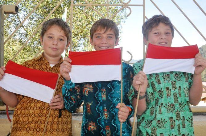 Tak hanya warga Indonesia yang ikut upacara bendera. Di Timika, Papua, puluhan warga negara asing atau ekspatriat yang bekerja di PT Freeport juga antusias mengkuti upacara memperingati hari ulang tahun ke-70 kemerdekaan Republik (Foto: Metronews)