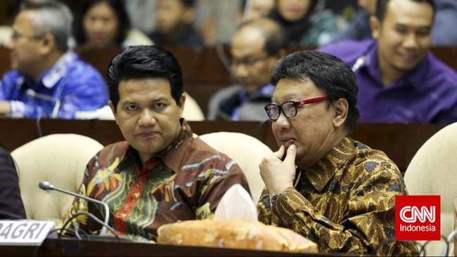 Mendagri Tjahjo Kumolo bersama Ketua KPU Husni Kamil Manik (dari kiri) menghadiri rapat gabungan bersama anggota Komisi II dan Komisi III DPR di Komplek Parlemen, Jakarta, Kamis, 25 Juni 2015. (Foto: CNN Indonesia/Adhi Wicaksono.