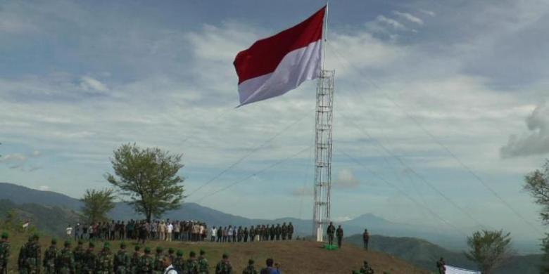 Ratusan personel TNI dari berbagai satuan mengibarkan bendera Merah Putih di bekas lokasi deklarasi Gerakan Aceh Merdeka, Gunong Halimun, Pidie, Senin (17/8/2015).