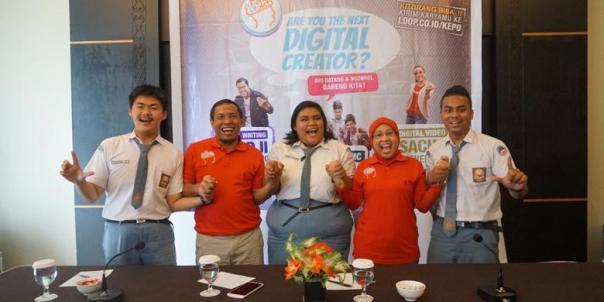Vice President Sales Telkomsel Area Pamasuka Agus Mulyadi (kedua dari kiri) dan Vice President Prepaid and Broadband Telkomsel Ririn Widaryani (kedua dari kanan) bersama perwakilan youth talent yang turut serta menjadi Digital Creator dalam Road Show LOOP KePo 2015, Jum'at (11/09/2015) di Jayapura.