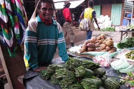 Seorang ibu menjual daun gatal di pasar Oksibil, Kabupaten Pegunungan Bintang, Papua. Satu ikat daun gatal dijual dengan harga Rp 10.000.
