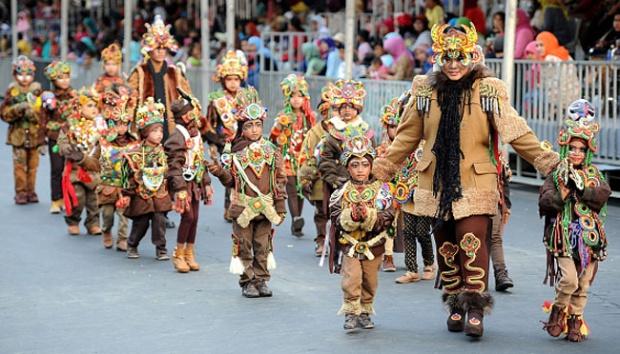 ilustrasi: Sejumlah anak memakai kostum bertema melanesia saat karnaval anak diacara Jember Fashion Carnival ke-14 di Jember, 27 Agustus 2015. Karnaval jalanan ini diklaim menjadi salah satu yang terbesar di dunia. Lebih dari 1.000 peserta memamerkan kostum bertema unik di jalanan sepanjang 3,6 km. (Tempo.co)