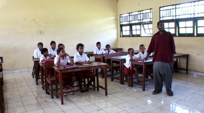 Hermanus mengajar murid SD (Katharina Janur/Liputan6.com)