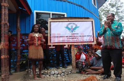 Pemasangan papan nama kantor ULMWP di Wamena oleh salah satu deklarator ULMWP, Edison Waromi (sumber: Jubi)