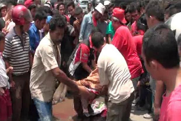 Evakuasi korban tabrakan (foto:Sindonews)