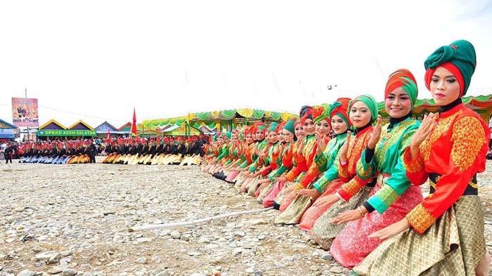 Tarian Bungong Pala - Para penari dari Sanggar Putroe Meuligo Selatan menarikan Tarian Bungong Pala pada perayaan hari puncak HUT Ke-69 Kabupaten Aceh Selatan yang berlangsung di Komplek Taman Pala Indah Taman Reklamasi Pantai Tapaktuan, Senin (29/12/2015)