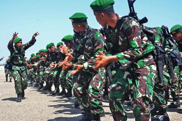 Prajurit TNI menyayikan yel-yel kebanggaan satuan  sebelum diberangkatkan ke wilayah perbatasan di Kupang, NTT, Kamis (17/9).