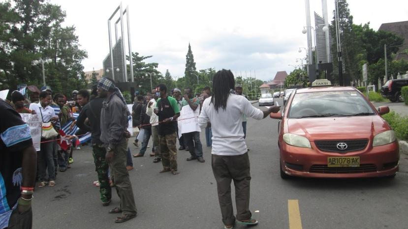 ilustrasi: aksi pemuda Papua pendukung Papua merdeka (suarakolaitaga.blogspot.com)