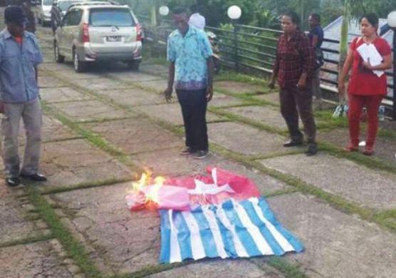 bakar bendera BK2