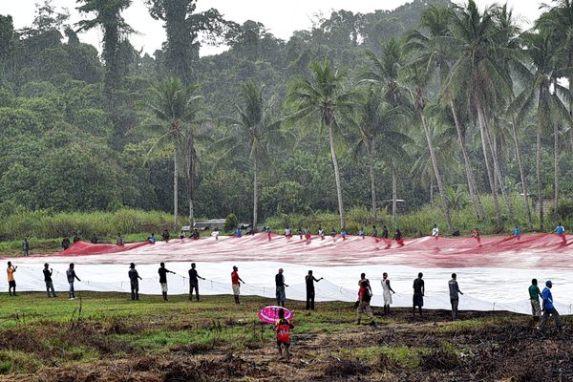 Bendera Merah Putih raksasa berukuran panjang 120 meter dan lebar 80 meter di kampung Skofro, Arso Timur, Kabupaten Keerom perbatasan RI-PNG, Minggu (1/5).