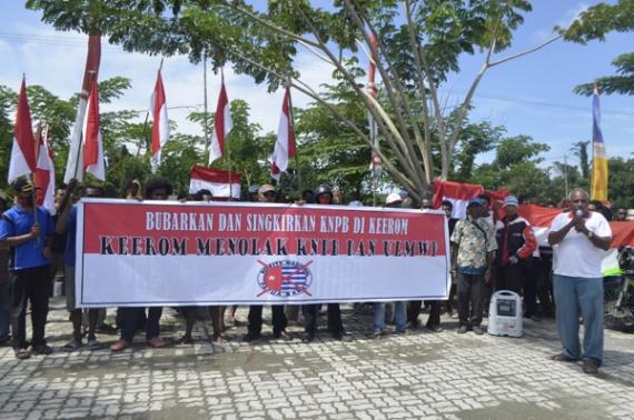 Aksi menolak KNPB di lapangan apel kantor Bupati Keerom, Senin (30/5/2016). Foto: Cenderawasih Pos