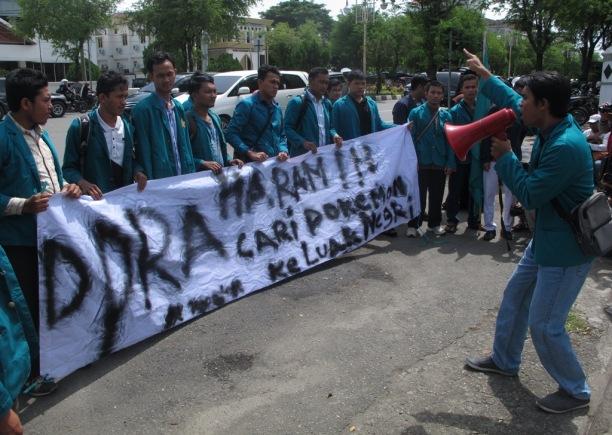 ilustrasi: Aksi mahasiswa Aceh tolak Kunker Anggota DPR Aceh ke luar negeri.