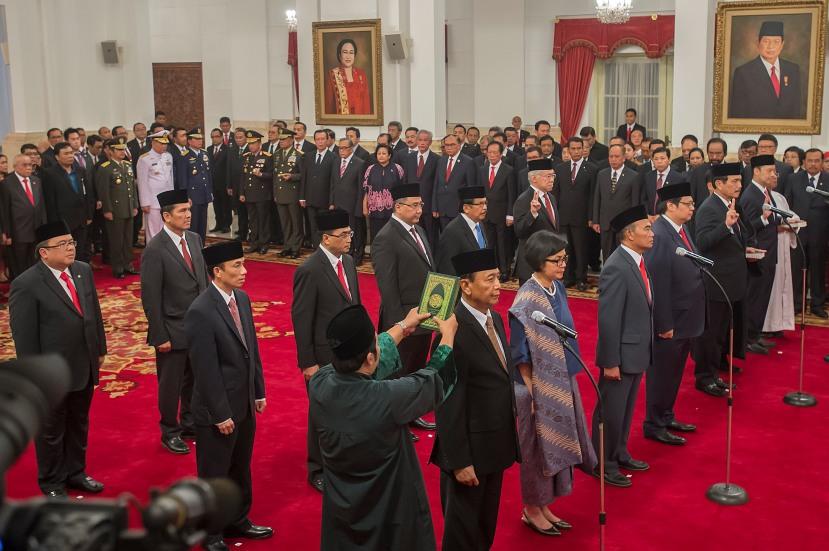 12 menteri dan satu kepala badan hasil perombakan Kabinet Kerja Jilid II mengucapkan sumpah dan janji jabatan yang dipimpin Presiden Joko Widodo di Istana Negara, Jakarta, Rabu (27/7/2016). ANTARA FOTO).