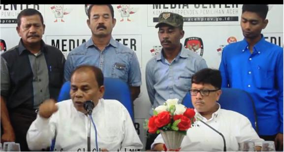 Apa Karya bersama tim pemenangannya mendatangi KIP Aceh untk menyerahkan persyaratan dukungan sebagai cagub Aceh.
