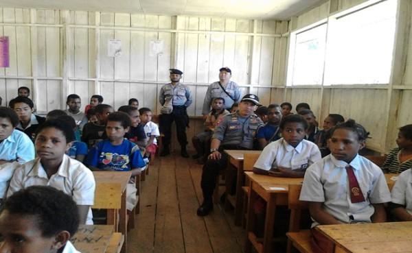 polisi mengajar di papua