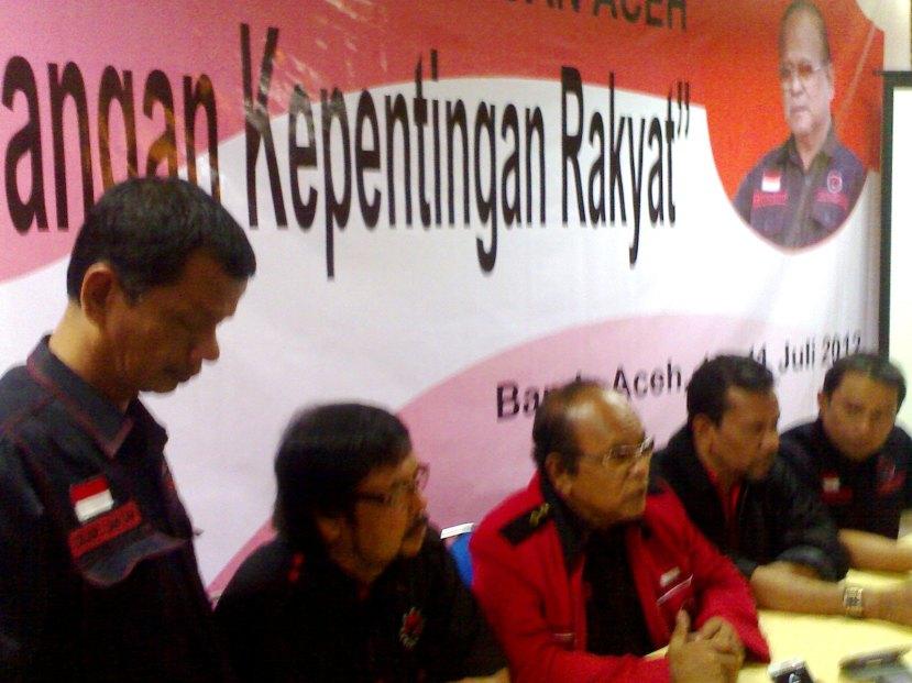 Ketua DPD PDIP Aceh, Karimun Usman (tengah)
