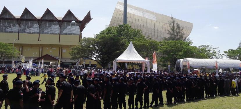 Ratusan personil pengamanan internal bersiaga mengamankan rute tamu-tamu VIP menuju panggung utama