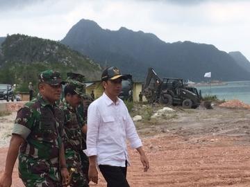 "Presiden Joko ""Jokowi"" Widodo didampingi Panglima TNI, Gatut Nurmantyo, tengah meninjau area pangkalan militer terpadu di Pulau Natuna pada Kamis, 6 Oktober."