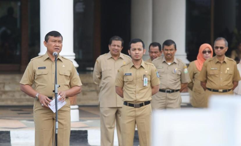 Plt Gubernur Aceh Soedarmo memimpin apel  Perdana yang dihadiri oleh seluruh SKPA dan seluruh pegawai dilingkungan Setda Aceh. Banda Aceh, Senin 31 Oktober 2016.