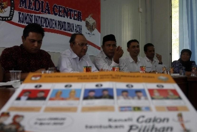 Komisi Independen Pemilihan (KIP) dan Panwaslu Provinsi Aceh menggelar konferensi pers tentang persiapan pemungutan suara pilkada gubernur/wakil gubernur serta 17 bupati/wakil bupati, wali kota/wakil wali kota di Banda Aceh.