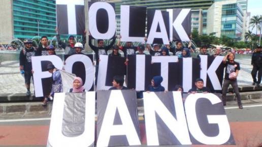 aktivis-antikorupsi-membentangkan-papan-bertuliskan-tolak-politik-uang_20160927_201336