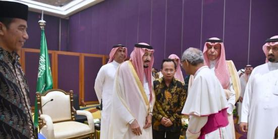 Raja Arab Saudi Salman bin Abdulazis al-Saud berbincang dengan salah satu tokoh agama Katolik di Hotel Raffles, Jakarta Selatan, Jumat (3/3/2017).